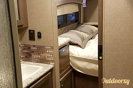 2017 Thor Motor Coach Chateau with Bunk Beds  Lakewood, OH