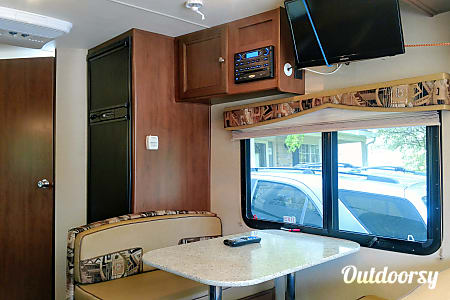 2015 Kodiak - Full Kitchen & Bath!  Sets up in minutes!  Cold Air! Sleeps 6!  Mom approved!!!!!  Crystal Lake, IL