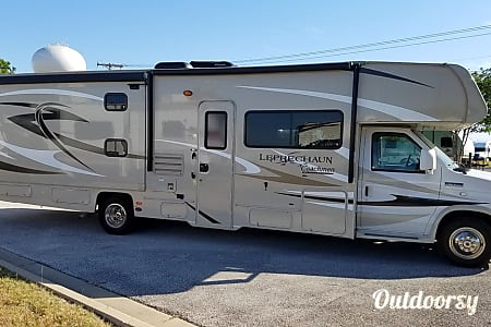 02015 Coachmen Leprechaun 320BH  Round Rock, TX