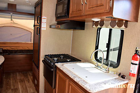 2015 Keystone Passport 17' Hybrid: Sleeps 5, 3130 Dry Weight: 3500LB Towing Cap Req.  Johnston, IA