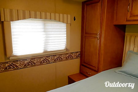 2015 Winnebago Minnie Winnie 27Q  Newland, North Carolina