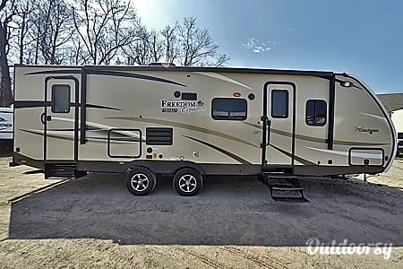 0Coachmen Freedom Express - UP5  Eben, MI