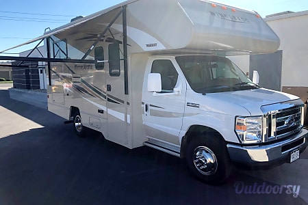 024 foot 2017 Winnebago Minnie Winnie C39384  Walnut, CA