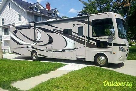 02013 Thor Motor Coach Hurricane  Mount Clemens, MI