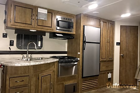 02017 Zinger Travel Trailer  Jourdanton, TX