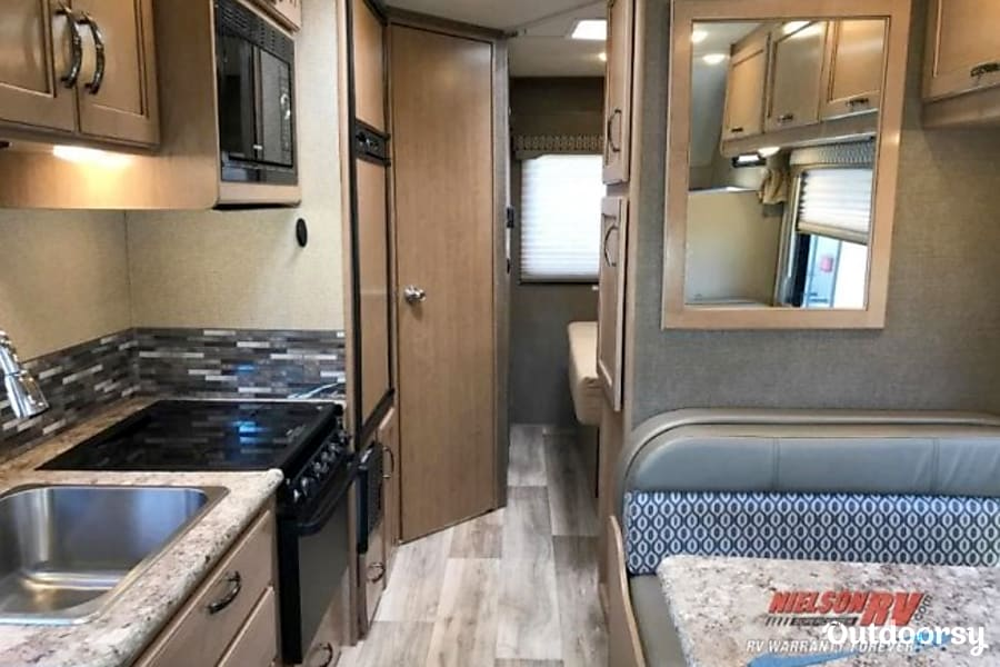 interior 2018 Thor Motor Coach Freedom Elite Chichester, NH
