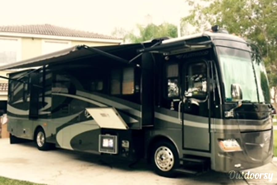 2007 fleetwood discovery motor home class a rental in west palm beach fl outdoorsy. Black Bedroom Furniture Sets. Home Design Ideas