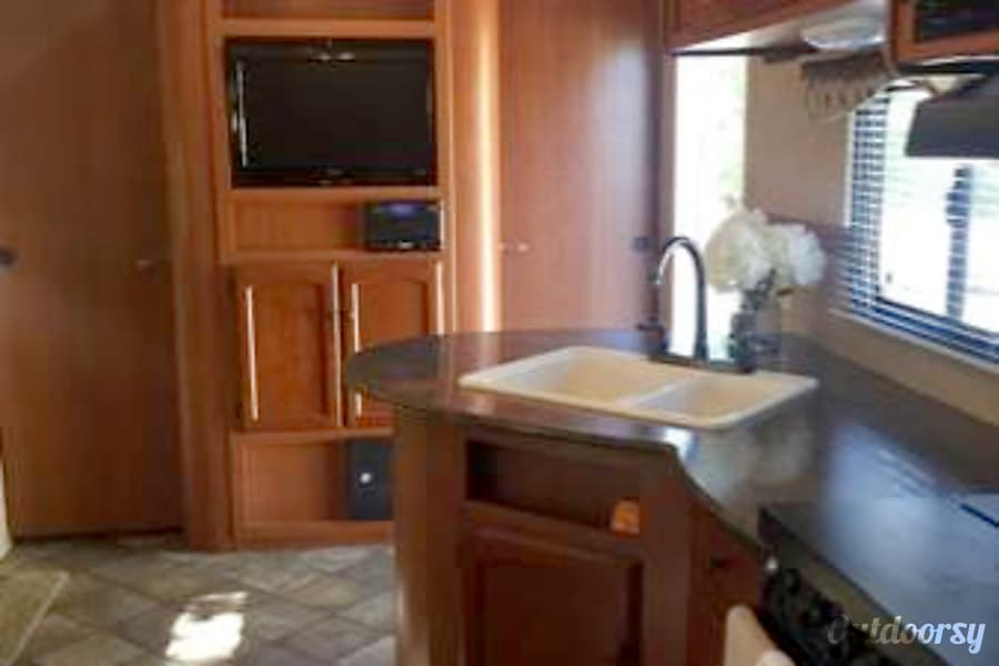 Very Nice Family trailer sleeps 10 with large slide out! Dixon, CA