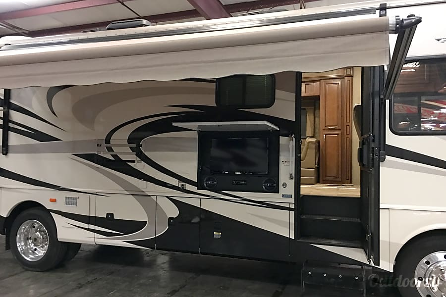 2014 Fleetwood Bounder Motor Home Class A Rental In