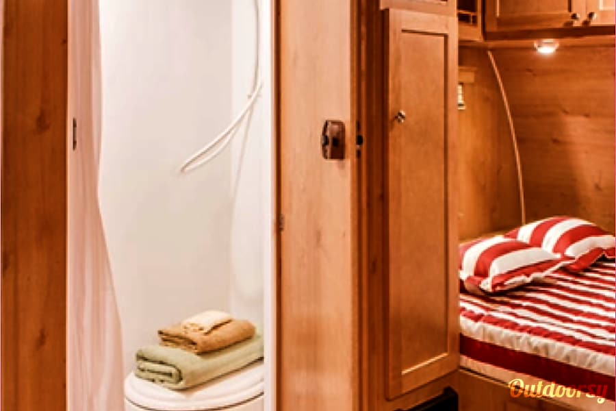 Retro Glamping in Style! Tallassee, TN Wet bath with flush toilet & indoor shower.