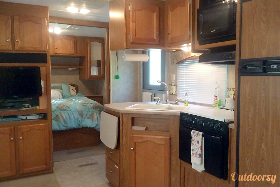 2007 Thor Motor Coach freedom spirit Williamston, SC Entrance and kitchen area