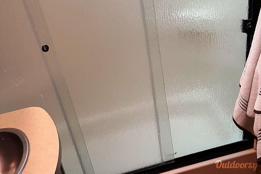 Big Bear Manchester, TN full bathroom with shower