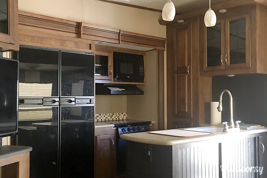 2016 Coachmen Chaparral Bray, OK Kitchen with double sink