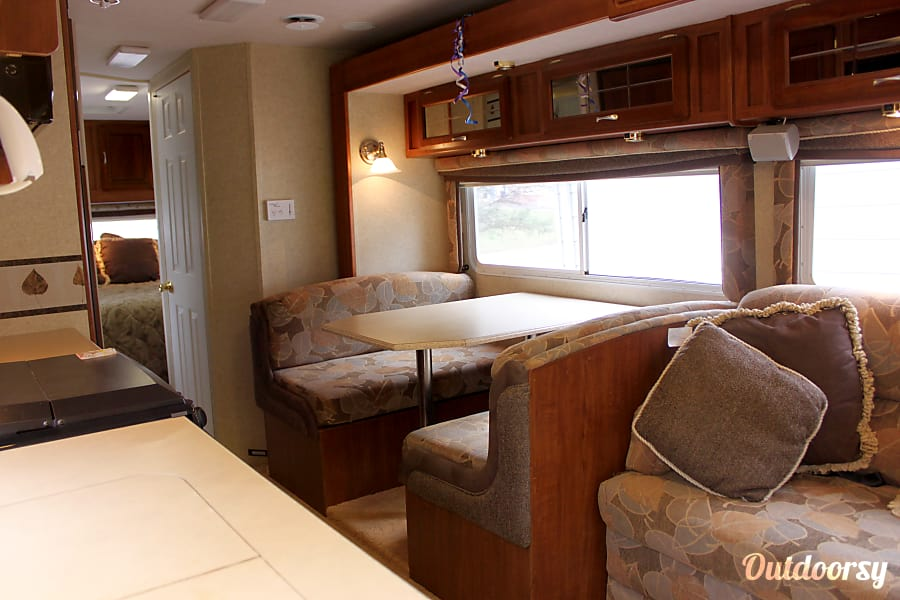 The Perfect Home Away from Home!! 2004 Jayco Mini Granite 31' Easy to Handle! Chatham, IL Abundant storage in the mirrored upper cabinets