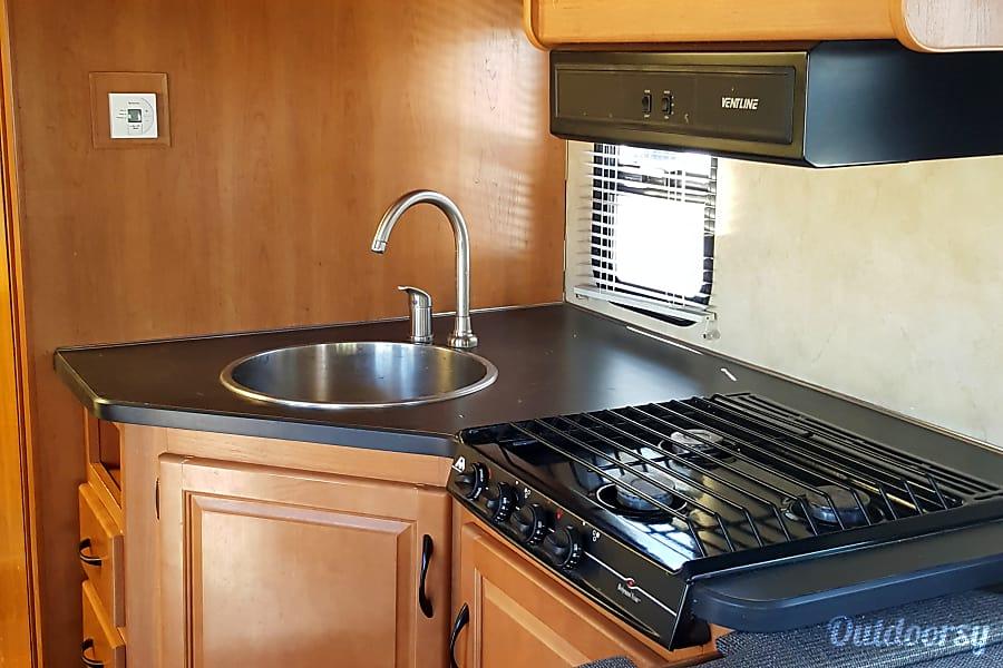 2012 Thor Motor Coach Four Winds Majestic Alpine, UT Cooking area.