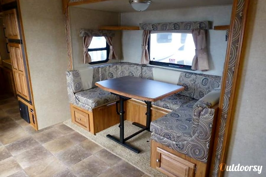 2013 Forest River Rockwood Roo Hybrid Trailer Grosse Pointe Park, MI Comfortable seating for 5.