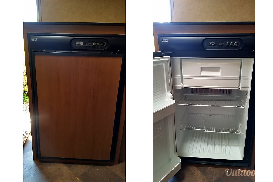 2014 Starcraft Launch Eaton, CO Duel power source fridge/freezer will work with electricity hookup or propane for off grid camping.
