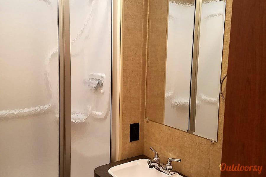 2017 Minnie Winnie Salt Lake City, UT Nice Size Bathroom