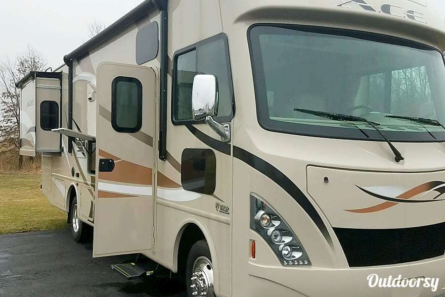 exterior 2017 Thor Motor Coach A.C.E 30 FT. Plainfield, IL