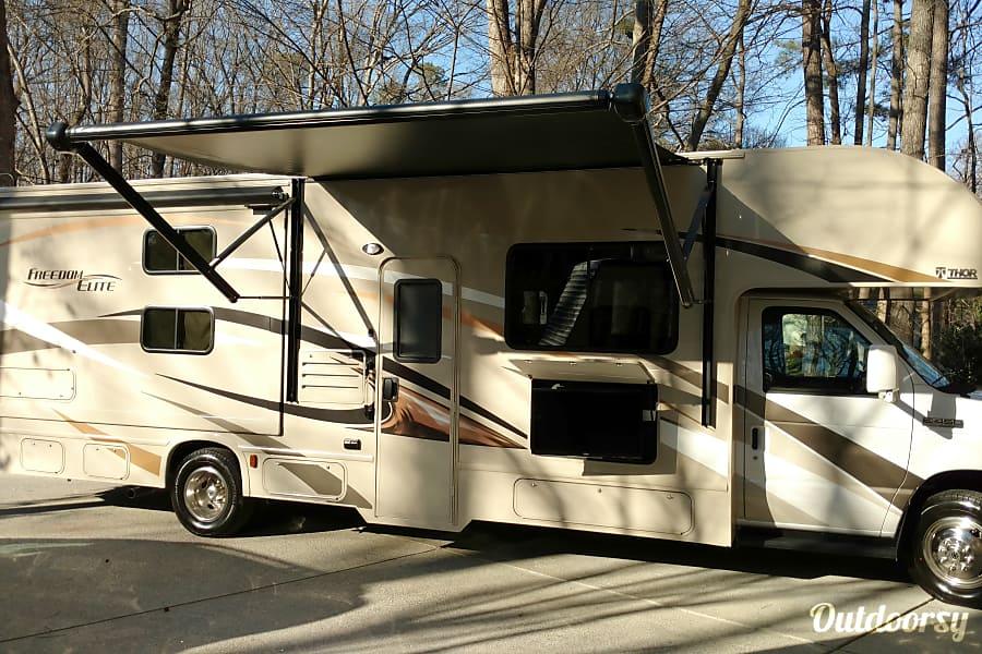 exterior 2017 30' Thor Freedom Elite - Class C Bunk House Acworth, GA