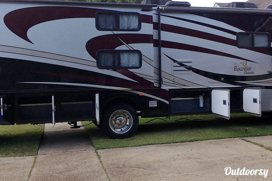 2013 Fleetwood Bounder  Holiday on Wheels LaPlace, LA