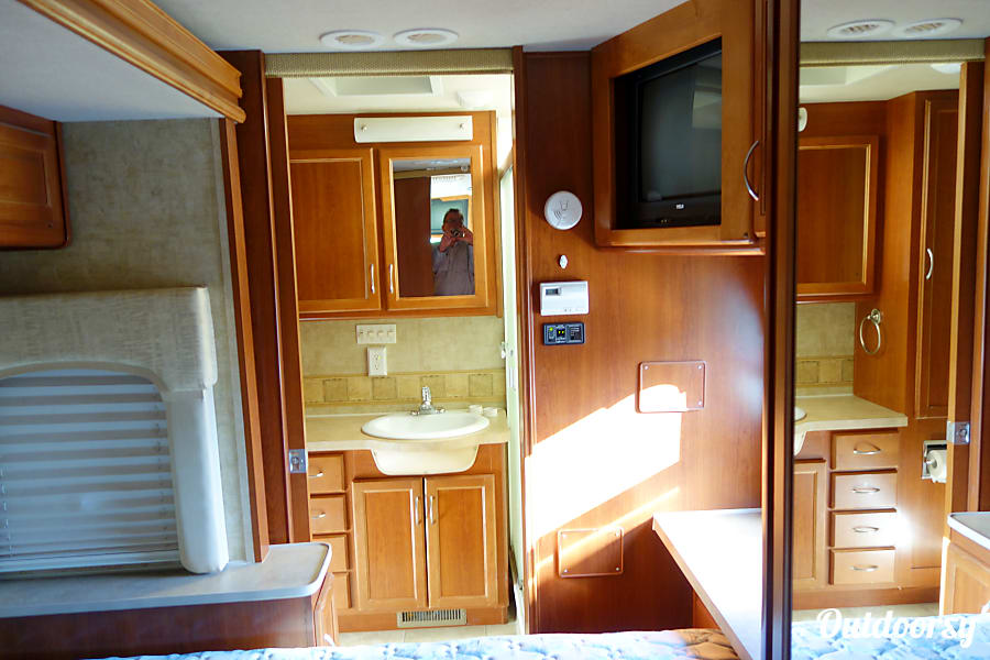 2008 Fleetwood Bounder 2 Slides & 2 Bathrooms Encinitas, CA 2nd Master Bathroom