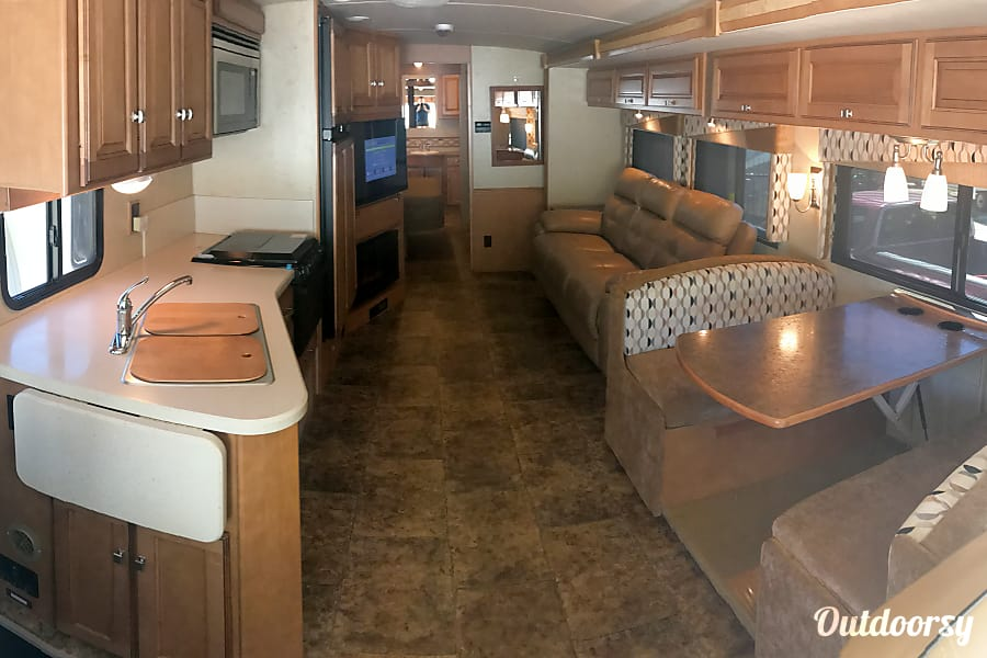 A-07 Winnebago Vista 35' (2 bath) Cypress, TX Interior View