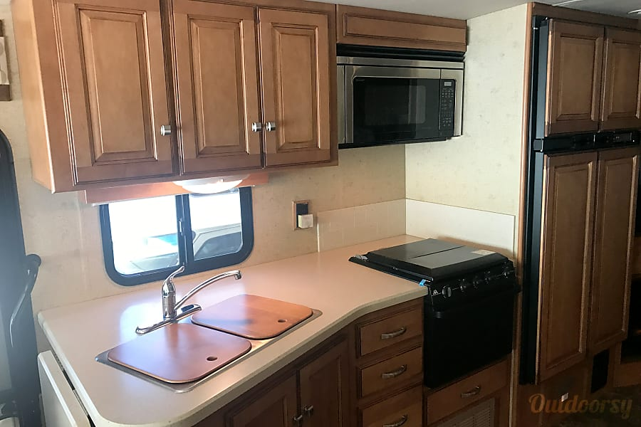 A-07 Winnebago Vista 35' (2 bath) Cypress, TX Kitchen