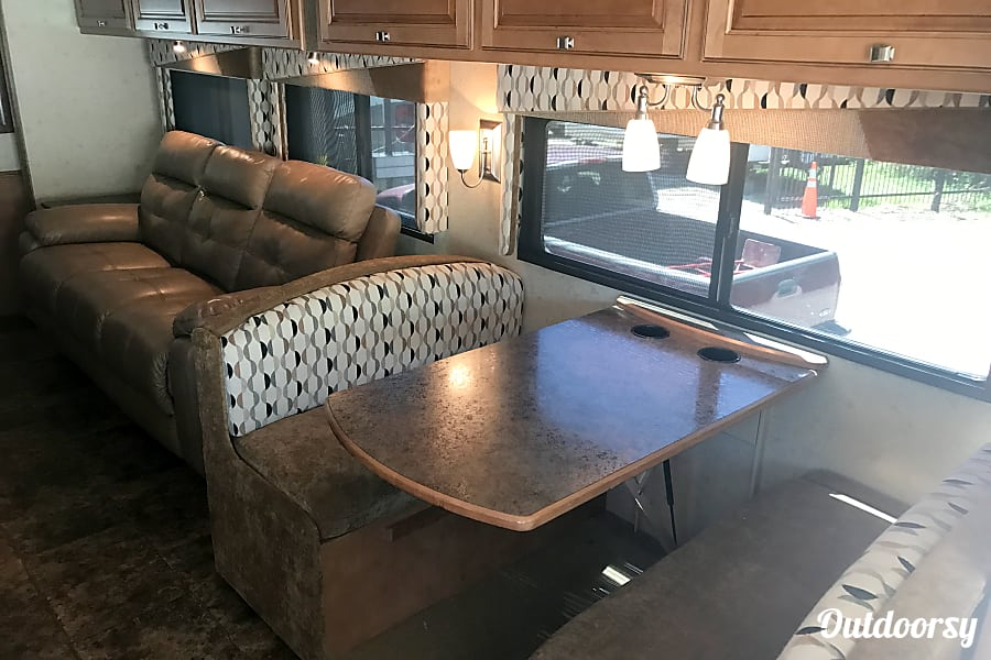 A-07 Winnebago Vista 35' (2 bath) Cypress, TX Dinette