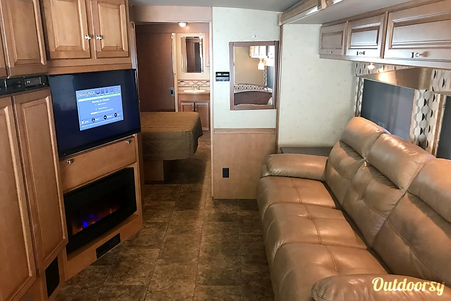 A-07 Winnebago Vista 35' (2 bath) Cypress, TX Living Room
