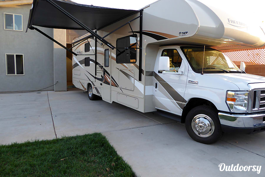2017 Thor Motor Coach Freedom Elite 30fe Washington, UT Electric awning is easy to use and provides cover and shade.