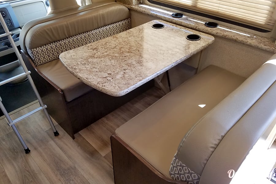 2017 Thor Motor Coach Freedom Elite 30fe Washington, UT Dining table  has 4 cup holders.