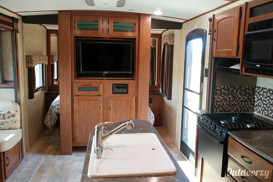 2016 Jayco Whitehawk 25BHS Cocoa, FL Warm and inviting....check out that island kitchen...in a camper!!!