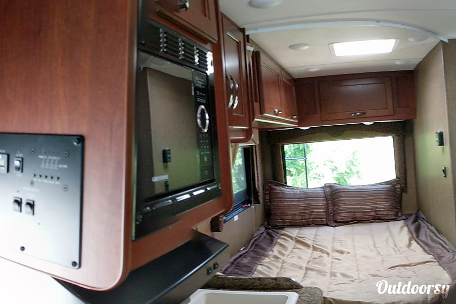 interior 2017 Thor Motor Coach Freedom Elite Bedford, NH