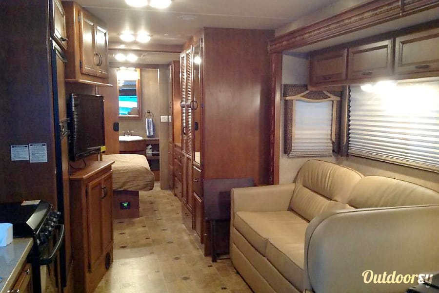2015 Thor Motor Coach Hurricane Horizon City, TX Stove, TV and other appliances for your convenience