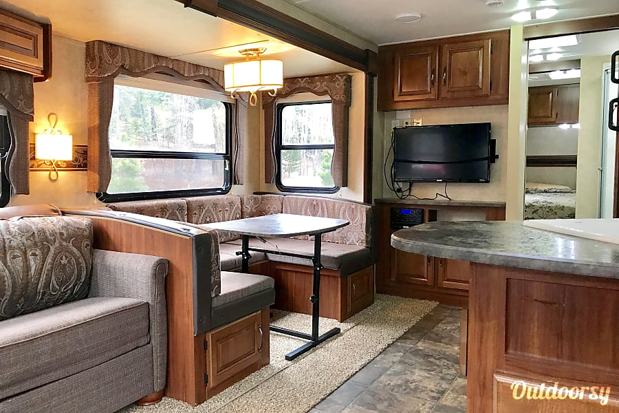 Luxury Camping Snoqualmie, WA Dinette and Entertainment Center