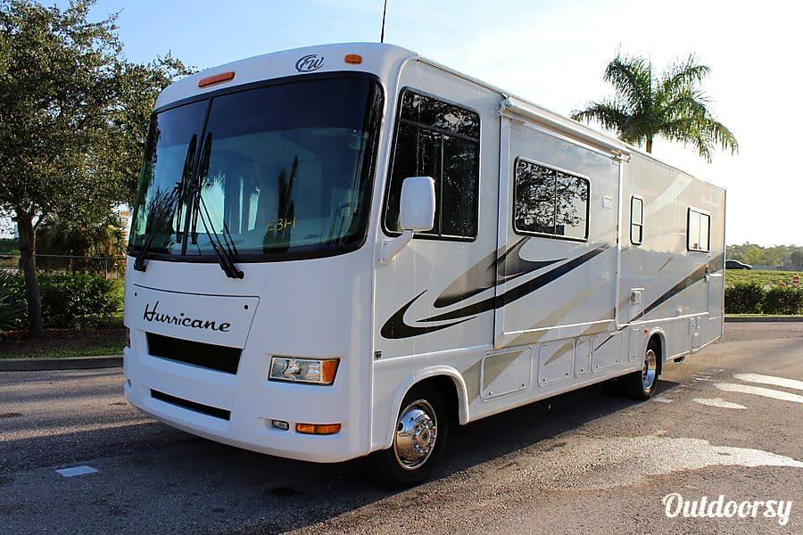 exterior 2007 Thor Motor Coach Hurricane Farmington, NY