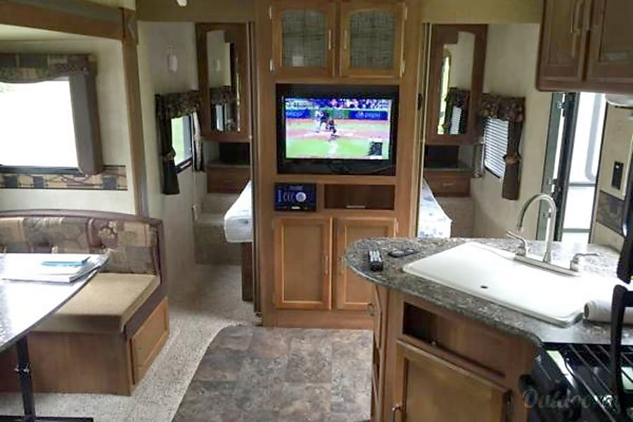 Escape from Reality Orient, IA Flatscreen tv along with Jensen Stereo... Bluetooth it to you phone for music inside and out