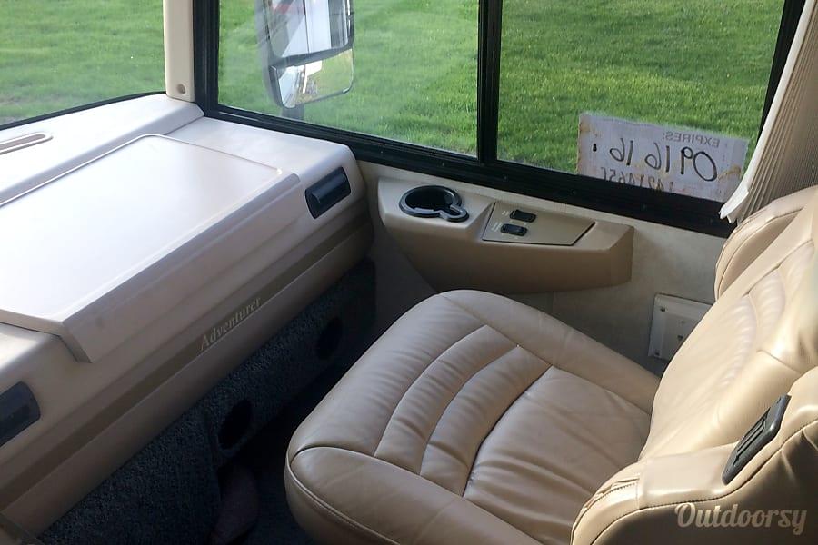 interior 2005 Winnebago Adventurer Swartz Creek, MI
