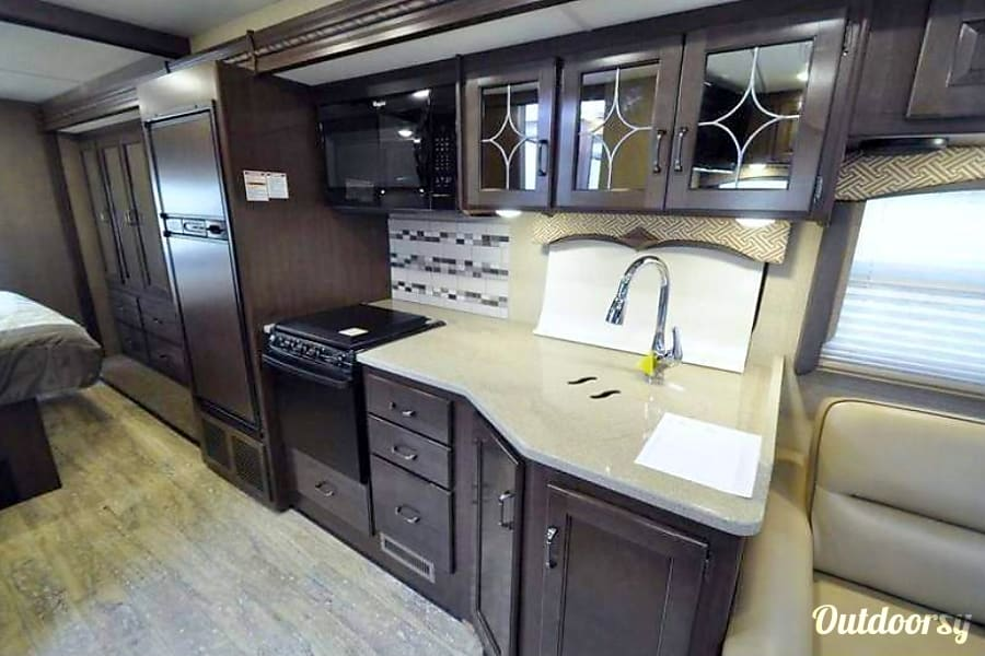 2017 Thor Motor Coach Hurricane La Mirada, CA Very clean and elegant