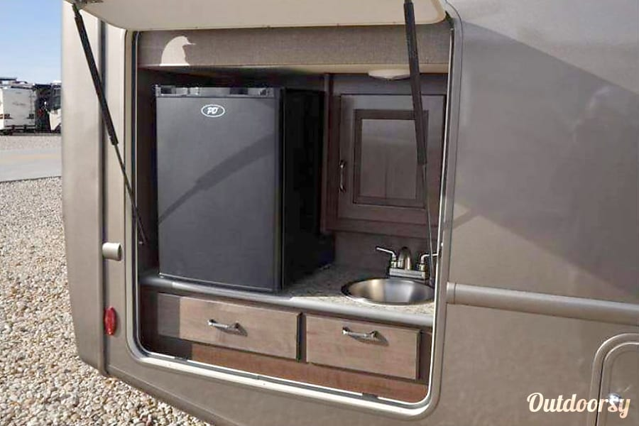 2017 Thor Motor Coach Hurricane La Mirada, CA Outside refrigerator and sink!