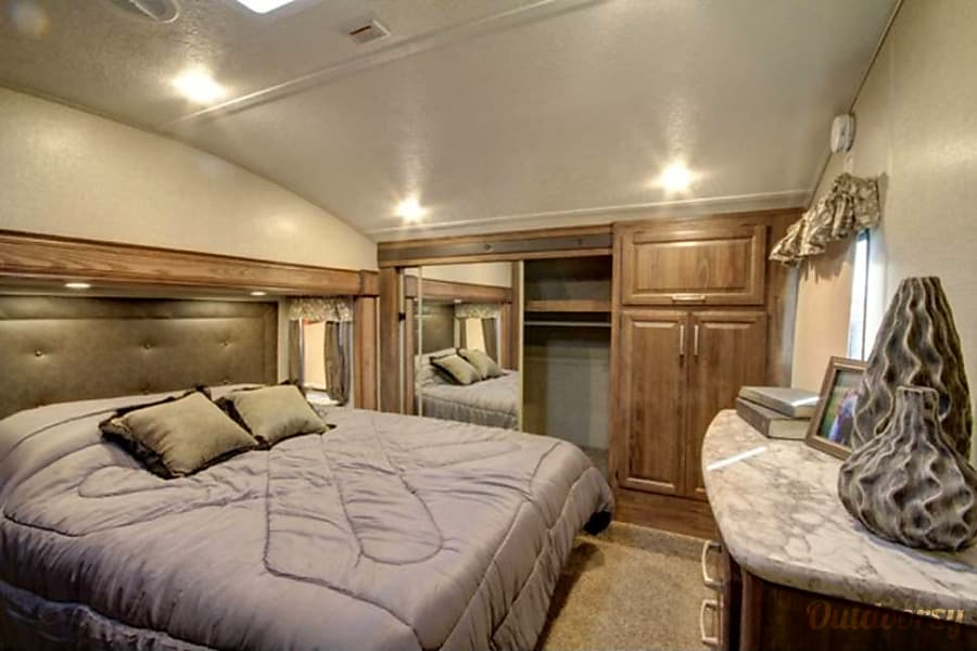 Keystone Cougar - 40' Fifth Wheel Riverview, FL Master bedroom