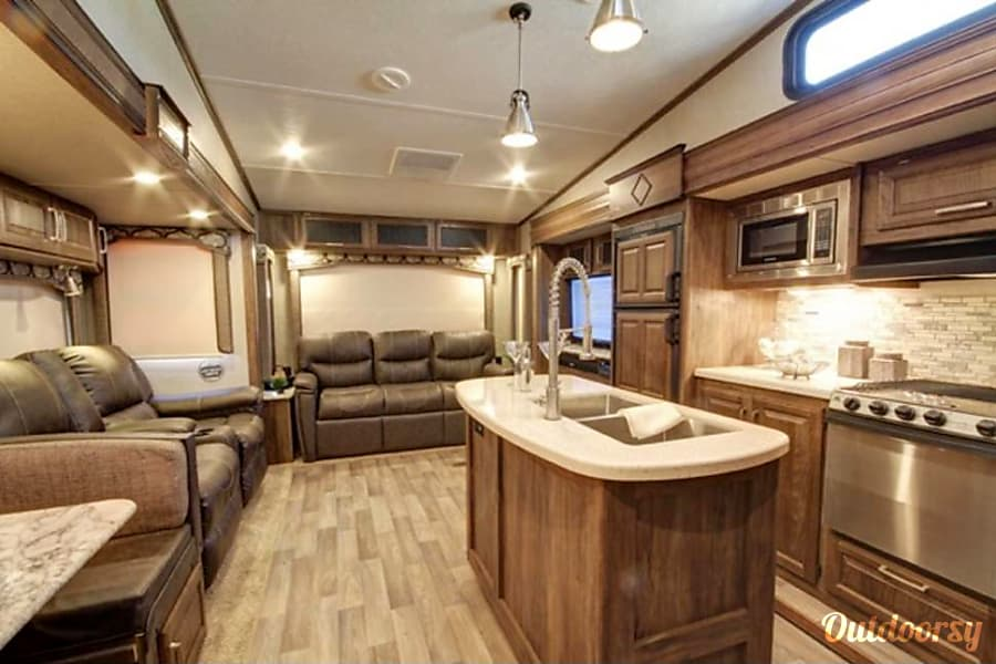interior 2017 40' Keystone Cougar Tampa, FL