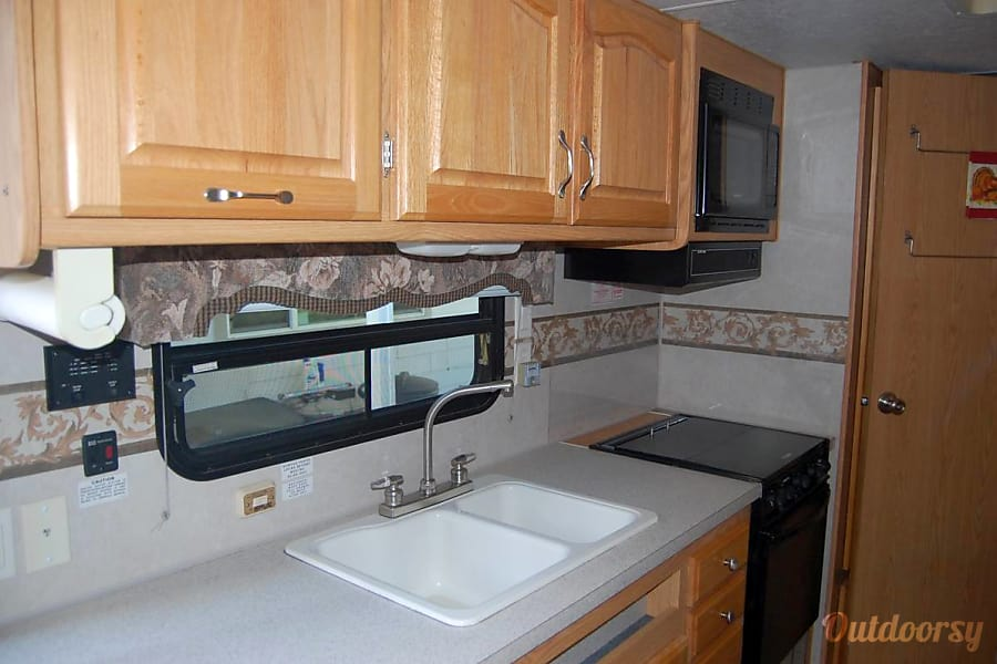 Arctic Fox:  Comfort / Great layout / Built tough / Easy Tow / Solar / Delivery Available Folsom, CA Easy kitchen, plenty of counter top
