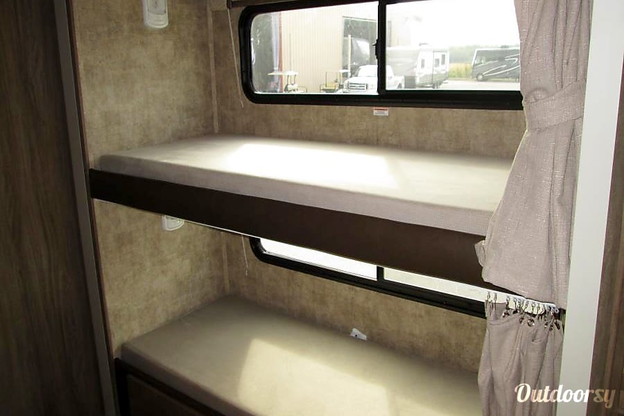 2018 Jayco Envoy 31' Class C W/Bunks 505 RV Rentals New Mexico #ABQRV Rio Rancho, NM Bunks beds for the kids!  Each bunk has a privacy curtain as well.