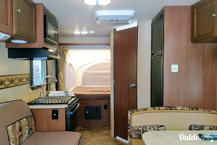 2015 Kodiak - Mom Approved!!!!   Full Kitchen & Bath!  Sets up in minutes!  Cold Air! Sleeps 6! Crystal Lake, IL