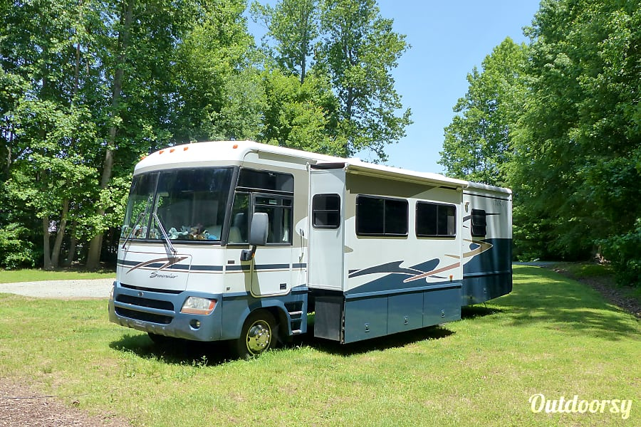 2004 Itasca Suncruiser Efland, NC RV with Booth & Living Room slide out.  Outdoor storage is under entire slide .