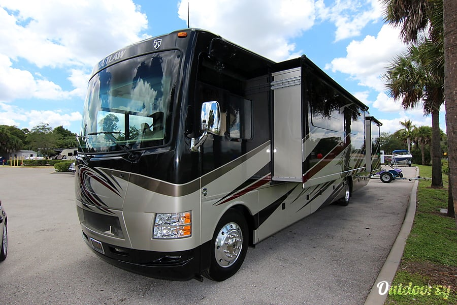 exterior Thor Motor Coach Outlaw 38RE (Retreat) Kennesaw, GA