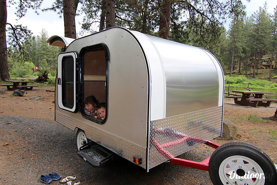 2017 Custom Teardrop Camper Bend, OR Easy to tow and back up sleeps 2 on a queen sized bed.