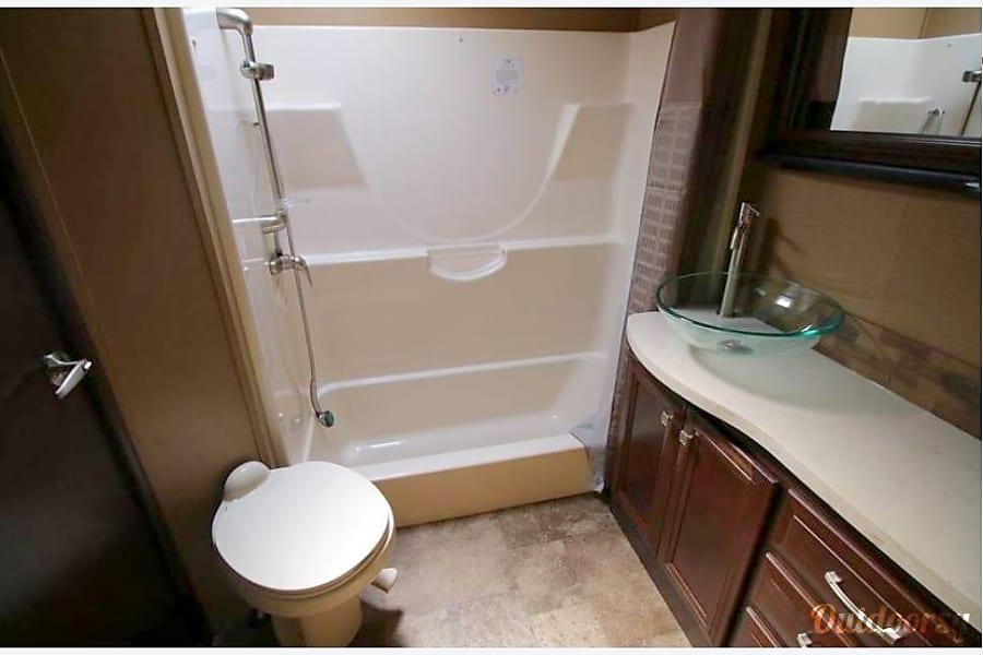 2015 Dutchmen V3990 Boise, Idaho Master Bathroom